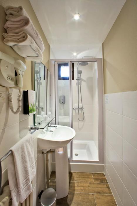chambre hotel puy du fou avec salle d'eau