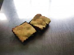 Assemblage de la pate et des poires fabrication de la tarte tatin aux poires