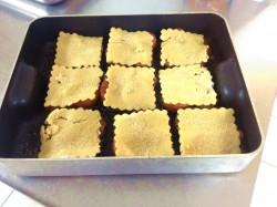 Mélange de la pate et des poires fabrication de la tarte tatin aux poires