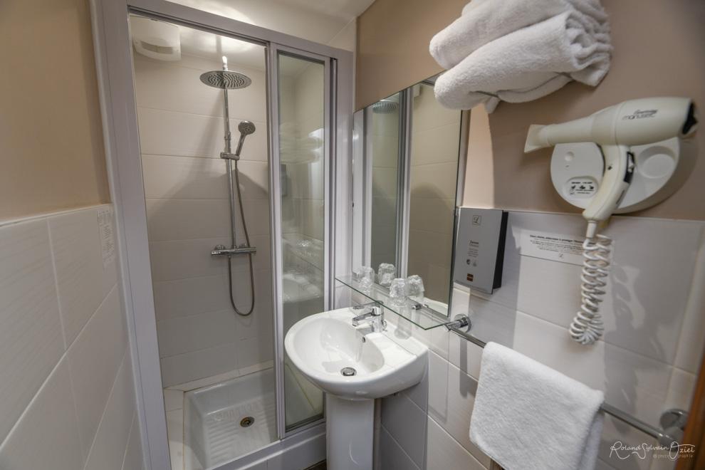 Chambre de l'hôtel la Chaumière de cholet avec rmc sport et canal+
