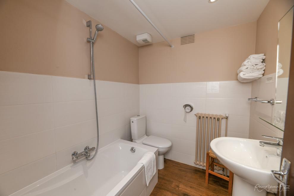 Chambre n° 4 hotel saint laurent sur sèvre avec chambre salle de bain