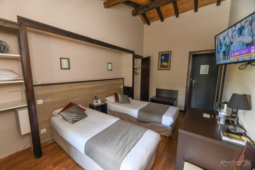 Chambre n° 6 hotel cholet avec chambre Wifi canal+ rmc sport
