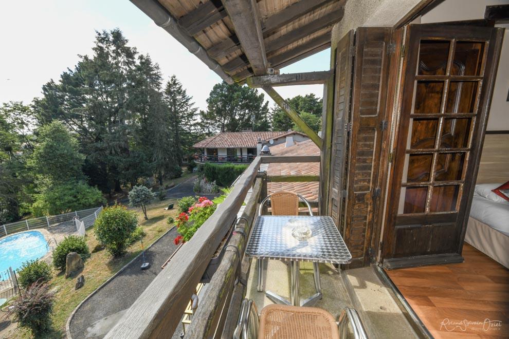 Chambre n° 6 hotel cholet avec chambre balcon vue jardin parc et piscine