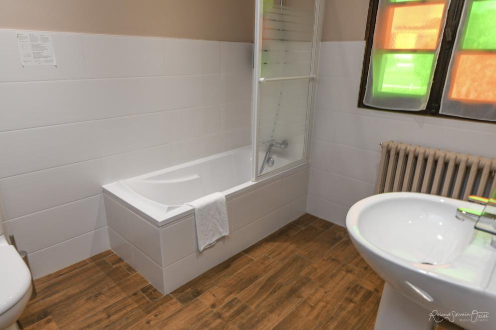 Chambre n° 6 hotel cholet avec chambre salle de bain