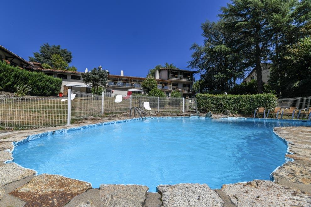 La piscine d'été de l'hôtel cholet pas cher