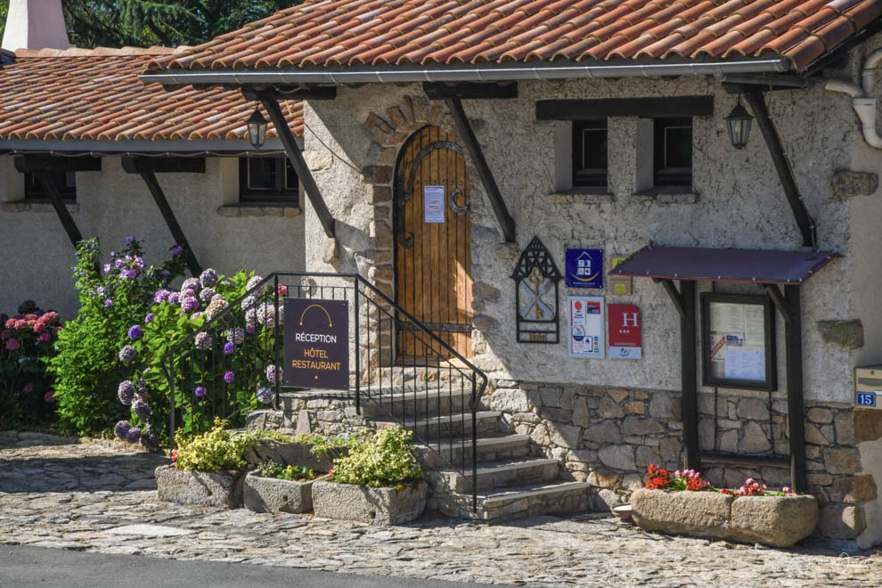 Entrée de l'hôtel réception La Chaumière Saint Laurent sur Sèvre